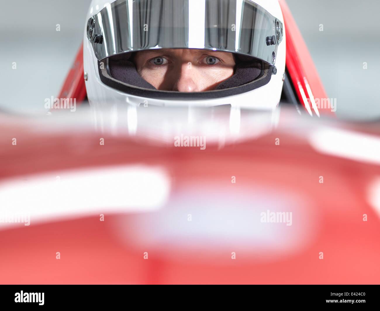 Porträt der Rennfahrer mit Helm in Supersportwagen hautnah Stockbild