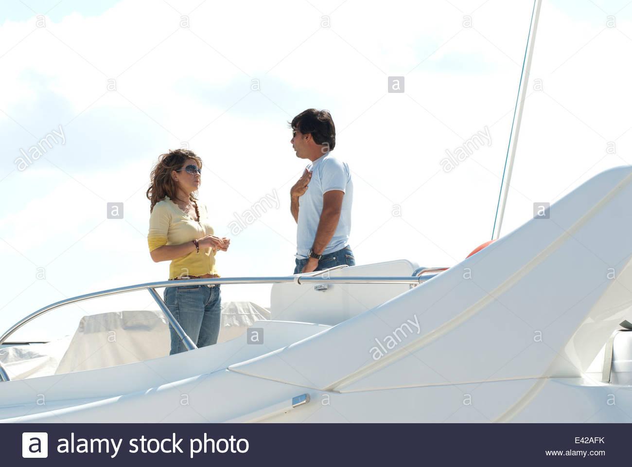 Reichen nicht-auffällige paar an Bord ihrer Yacht in Tiefe Diskussion Stockbild