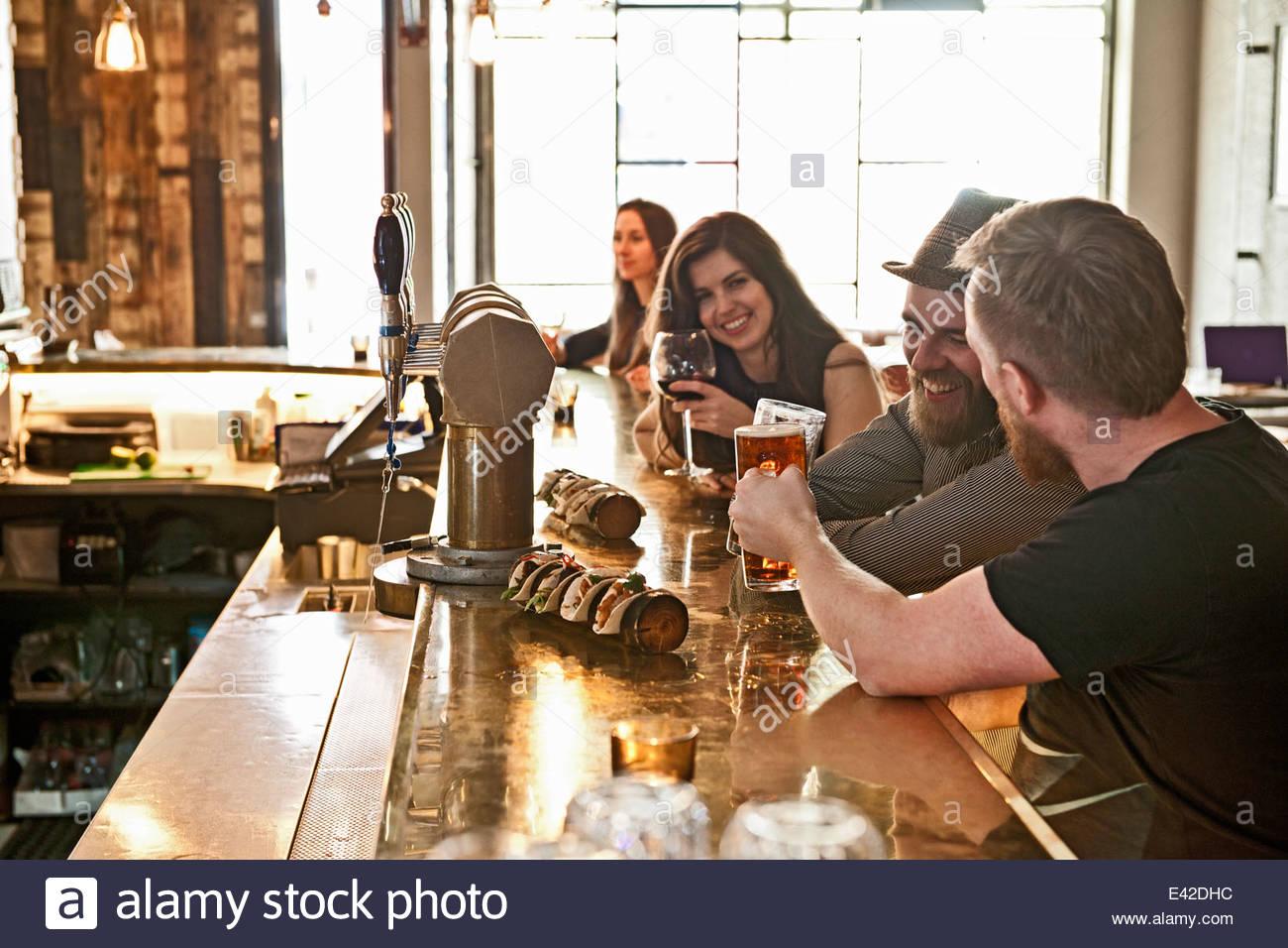 Freunde an Hipster Bar Bier trinken Stockbild