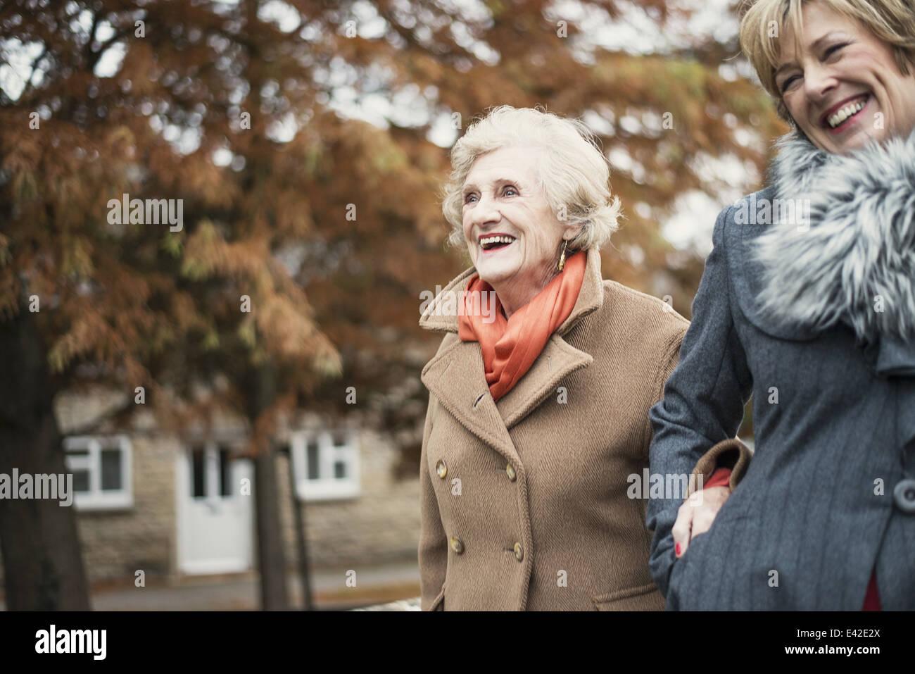 Ältere Frau und Tochter walking im freien Stockfoto