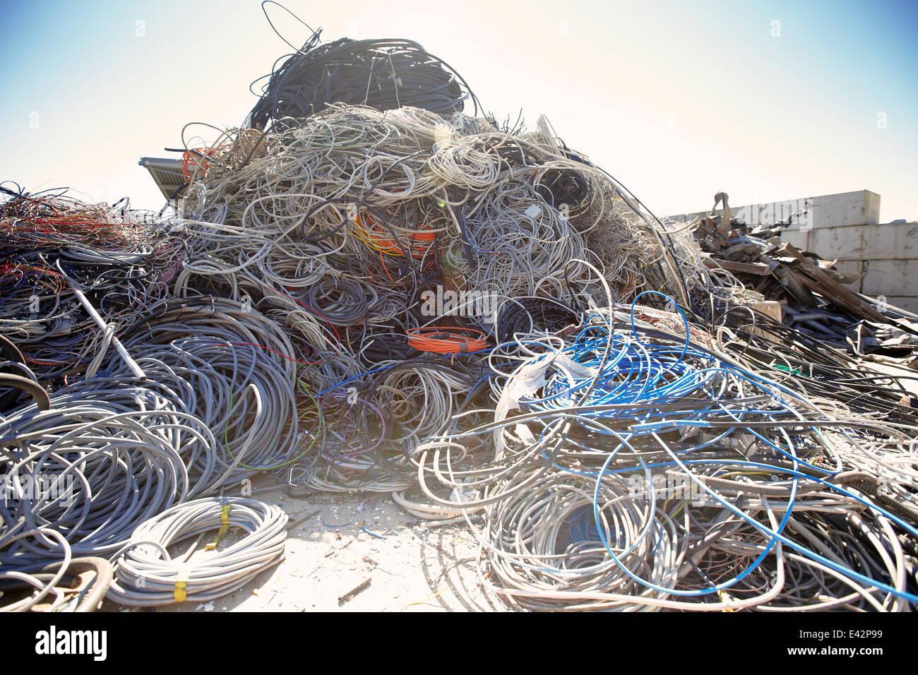 Haufen von gewickelten und verworrenen Kabel auf Schrottplatz Metall Stockbild