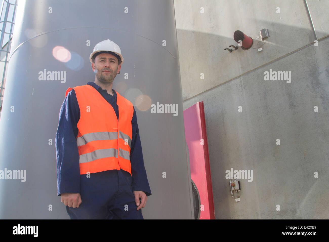 Porträt des Technikers außerhalb Kraftwerk Stockbild