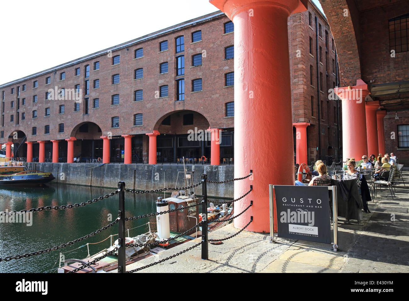 Trendiges Restaurant Gusto, an einem Sommertag im Albert Dock in Liverpool der berühmten, historischen Hafenviertel, Stockbild
