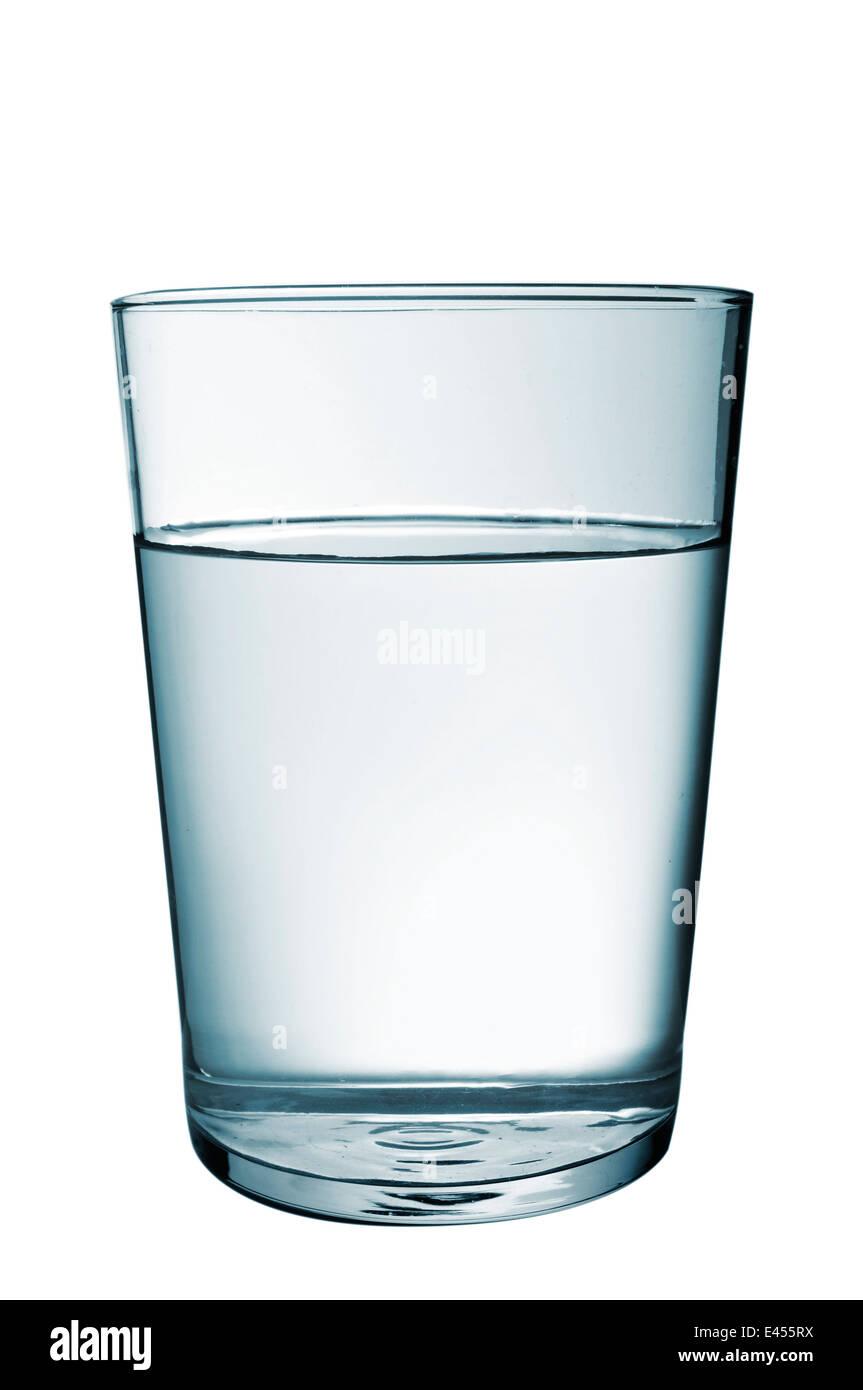 ein erfrischendes Glas Wasser auf einem weißen Hintergrund Stockbild