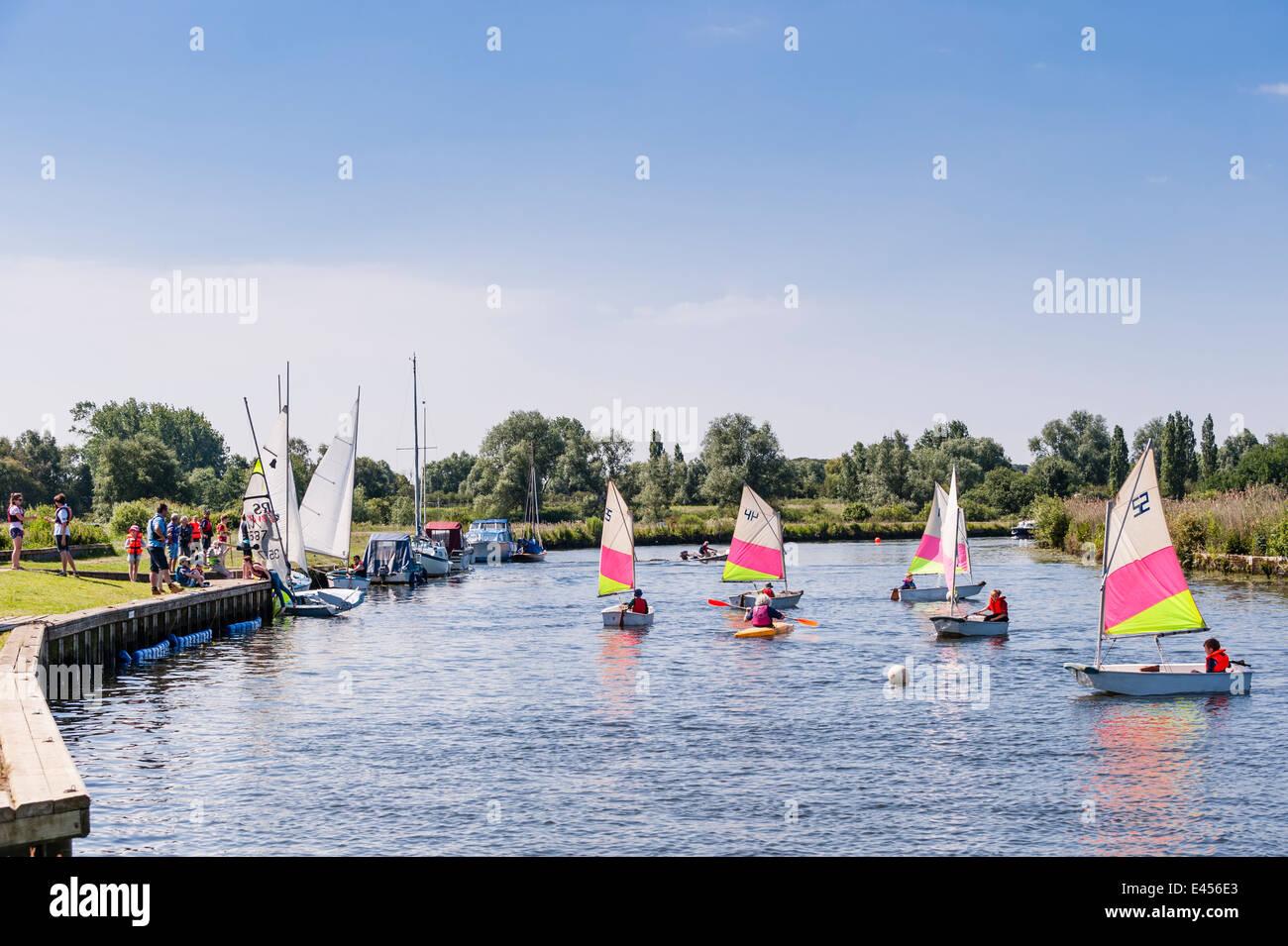 Optimist Jollen am Beccles Amateur Segelclub am Fluss Waveney Beccles, Suffolk, England, Großbritannien, UK Stockbild