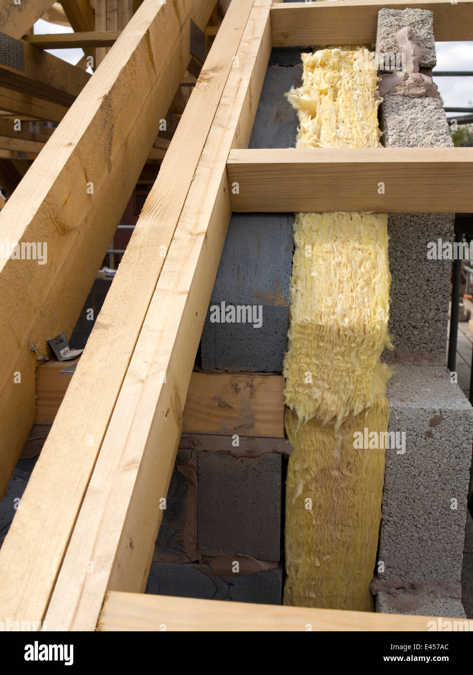 selbst Hausbau, isolierte Wände, 100 mm Wärmedämmung ausgestattet, Dachstühle Stockbild