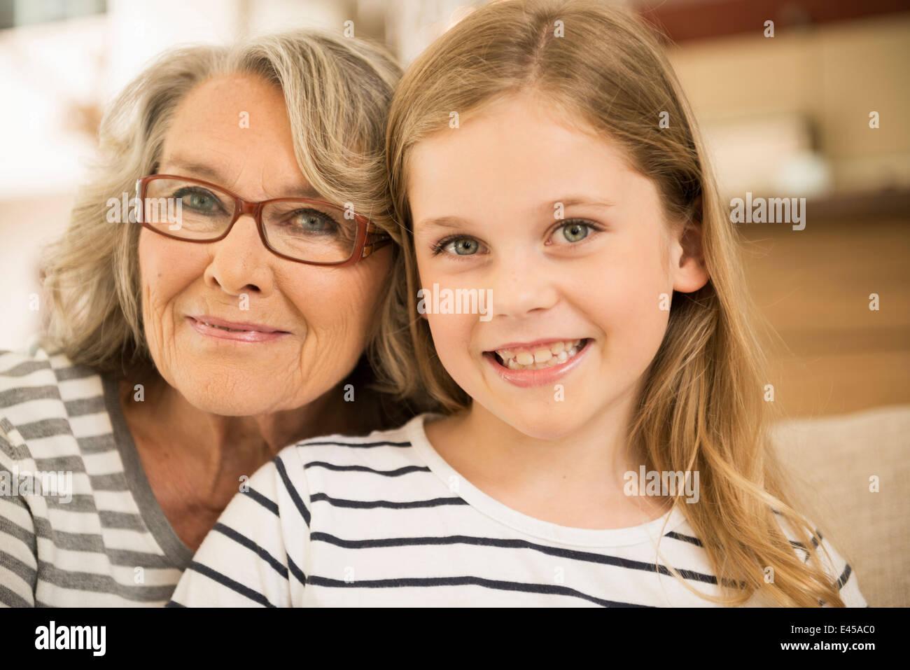 Großmutter und Enkelin kleben Stockbild