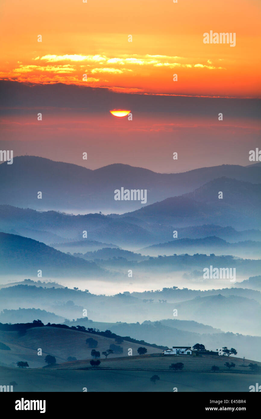 Ansicht des Landhauses, Felder und Berge mit Sonnenaufgang im Nebel, Montellano, Sevilla, Spanien Stockbild