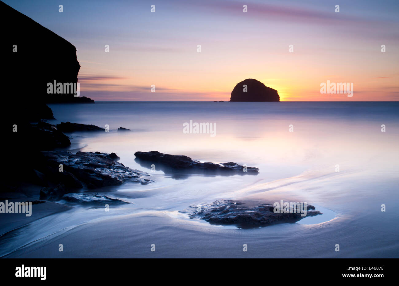 Trebarwith Strand bei Sonnenuntergang. North Cornwall, UK, September 2010 Stockbild