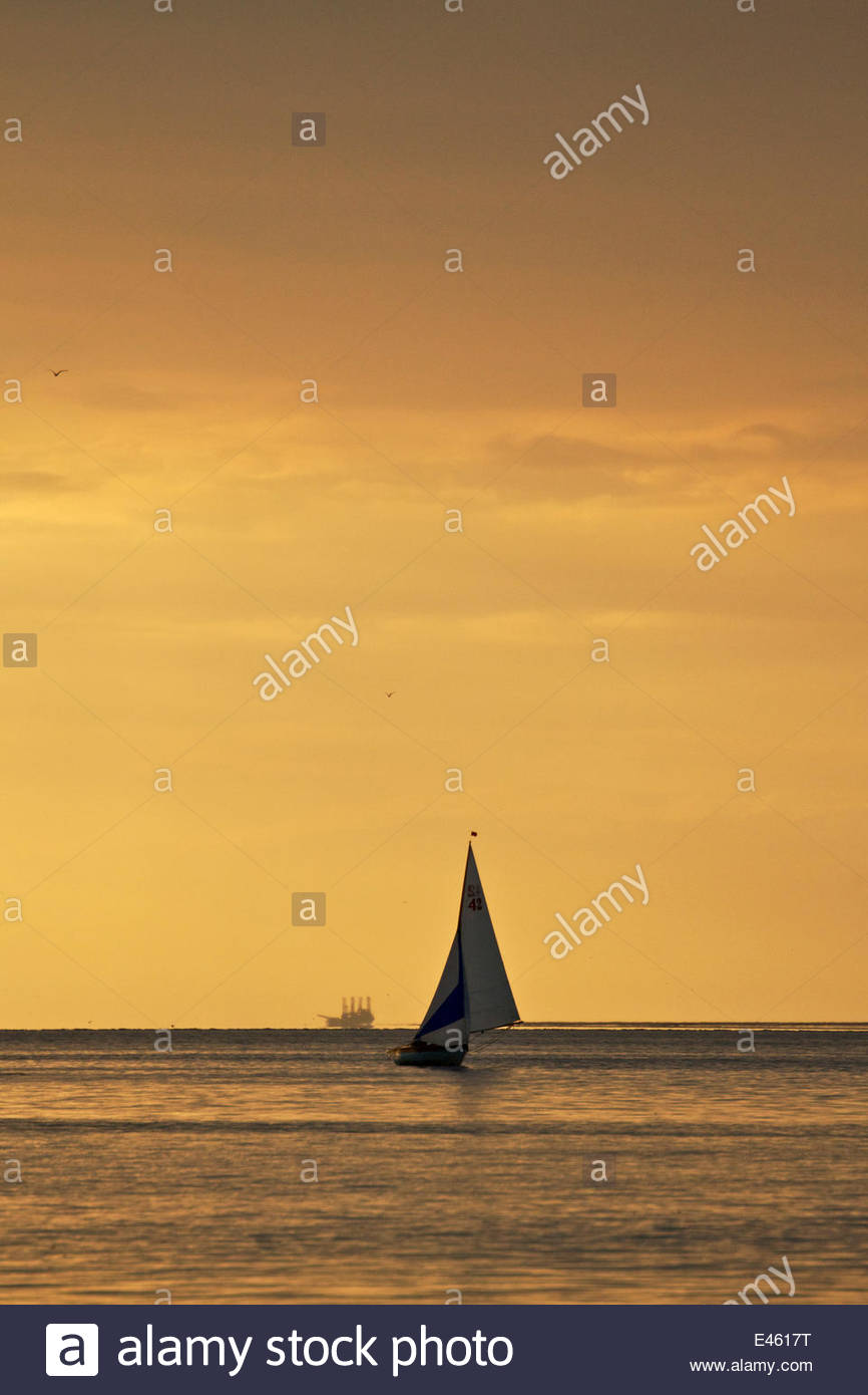 kleines segelboot abend regatta auf den fluss mersey liverpool england juli 2011 stockfoto. Black Bedroom Furniture Sets. Home Design Ideas