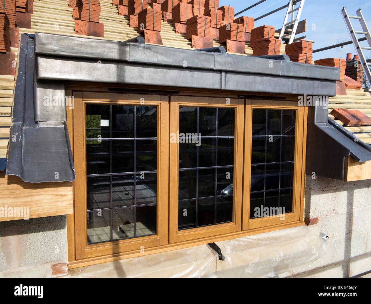 selbstbau-haus, dach, um traditionelle hölzerne dachgaube gefliest