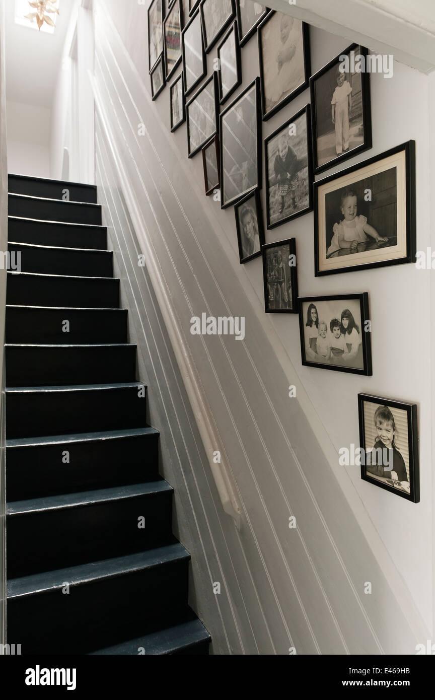 Gerahmte schwarz-weiß Fotos an der Wand entlang Treppe Stockfoto ...