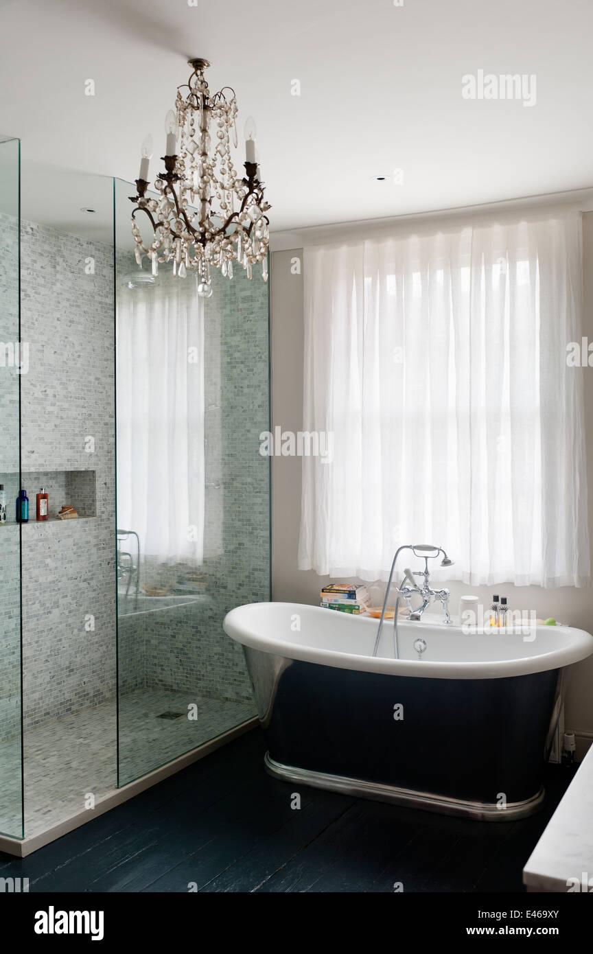 Moderne Badezimmer Mit Kristall Kronleuchter Und Freistehende Badewanne
