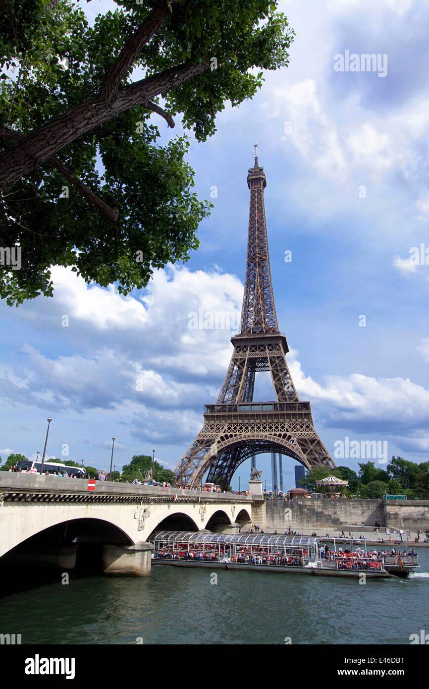 Eiffelturm und der Seine entfernt, Paris, Frankreich mit touristischen Boot im Sommer Stockbild