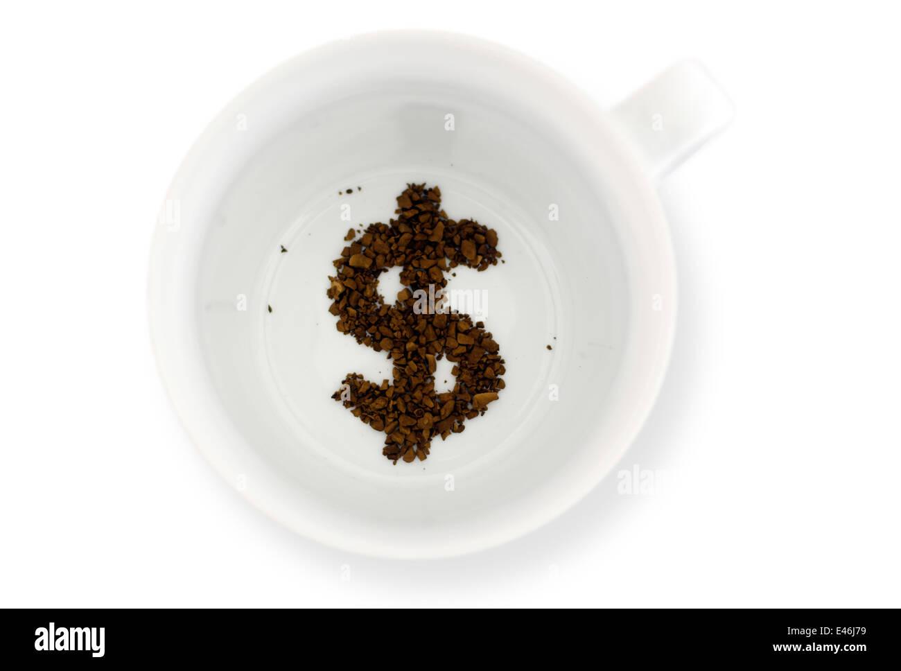 Kaffeesatz im Kaffeebecher, liest die Zukunft für Geld. Konzept-Foto ...
