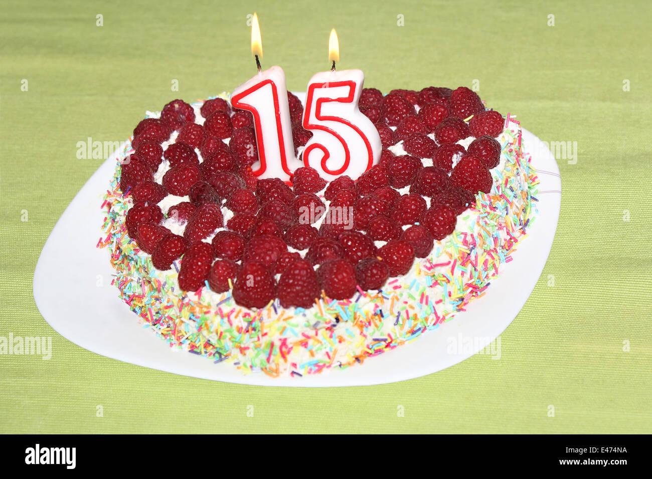 Brennende Geburtstag Kerzen Nummer 15 Auf Himbeer Kuchen Stockbild