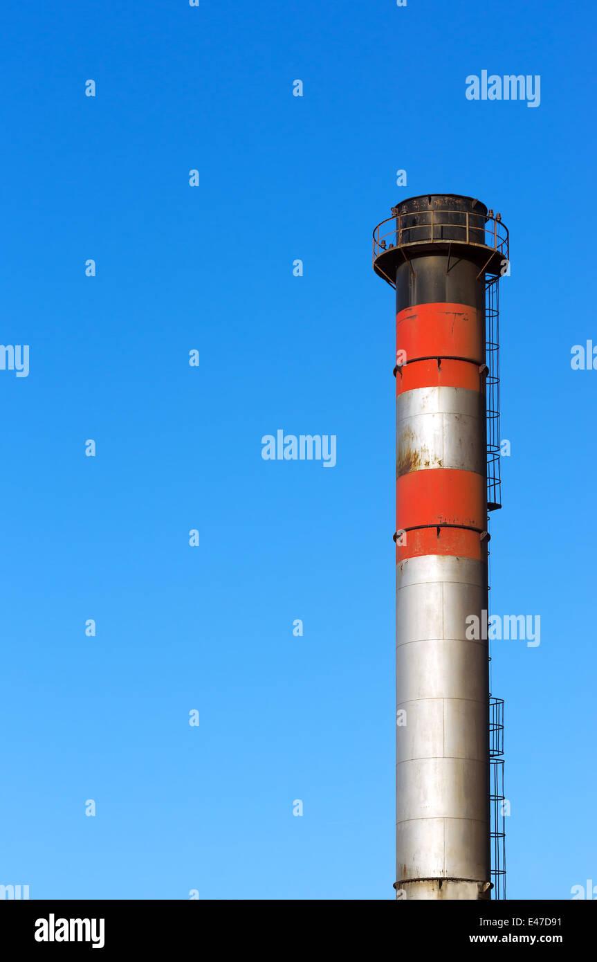 metallische Schornstein gegen blauen Himmel Stockbild