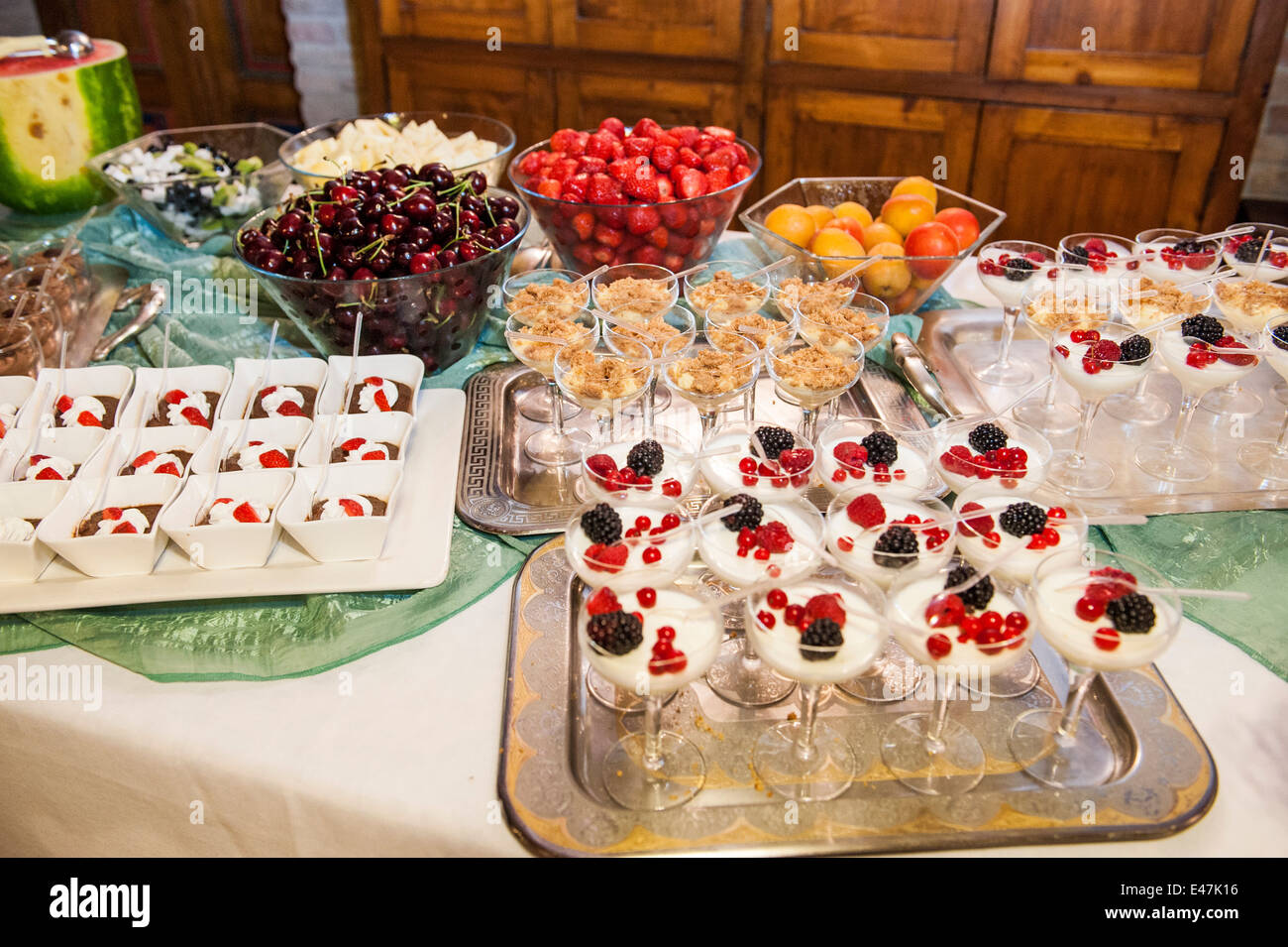 ein dessert buffet bei einer hochzeit besteht aus kleinen proben von kuchen fingerfood und. Black Bedroom Furniture Sets. Home Design Ideas