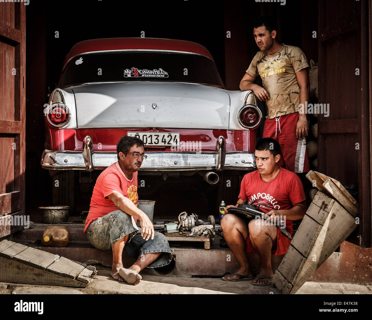 Drei Mann Festsetzung eine Oldtimer Auto, Trinidad, Kuba Stockbild