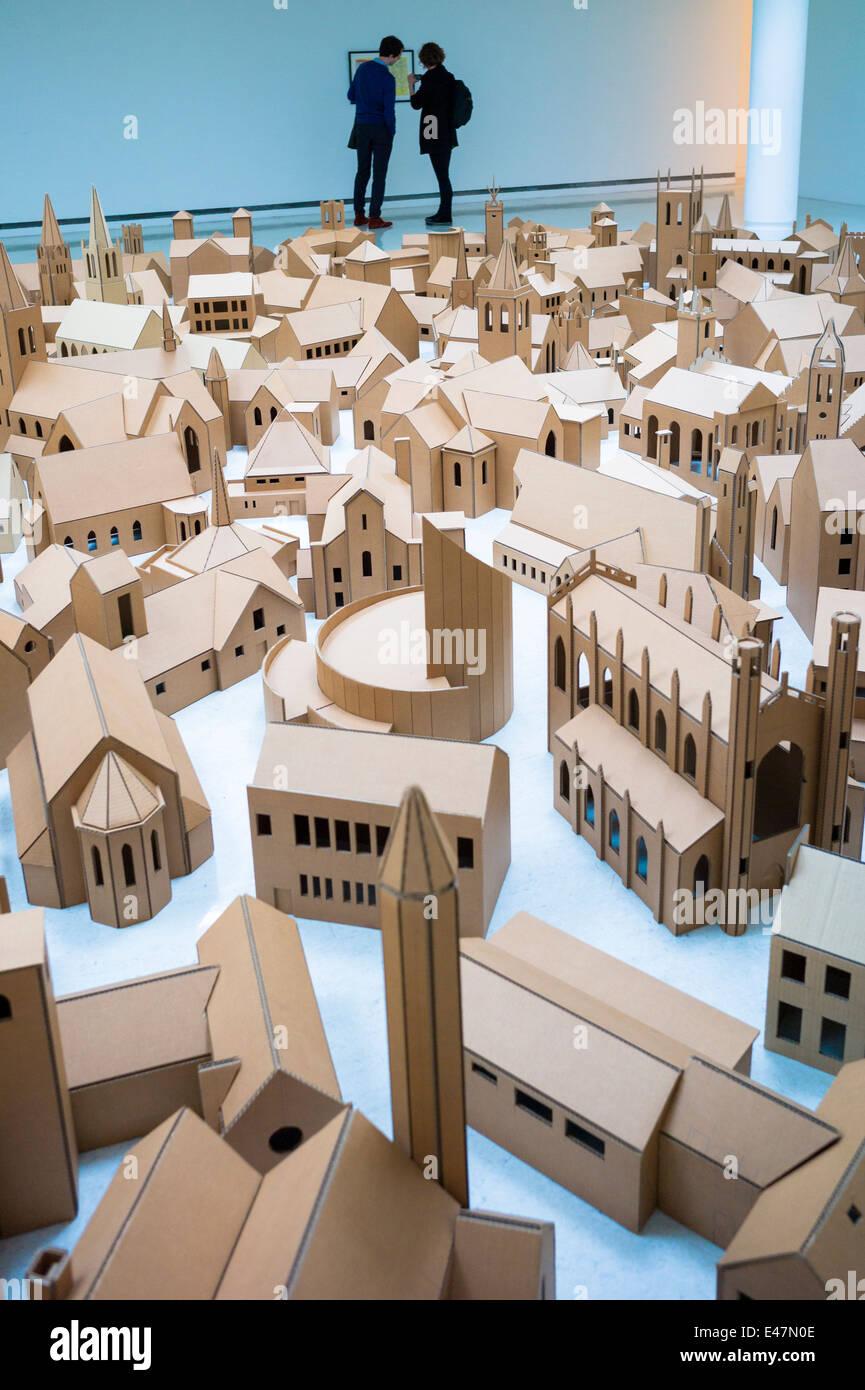 """Touristen sehen """"Generation - 286 Orte der Anbetung in Edinburgh"""" von Nathan Coley, in Galerie Modern Stockbild"""