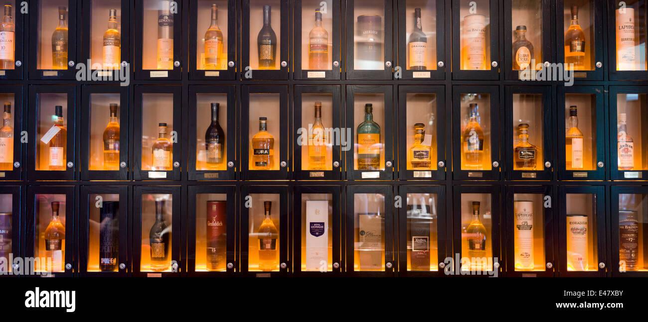 Whisky Bar Stockfotos & Whisky Bar Bilder - Alamy