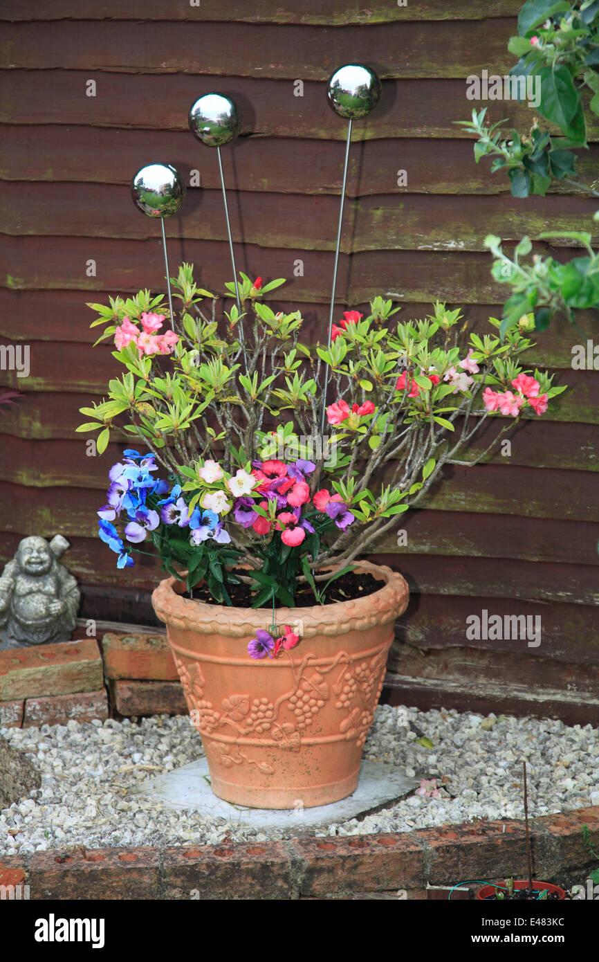 Dekorative Metall Kugeln In Einem Terrakotta Pflanze Blumentopf