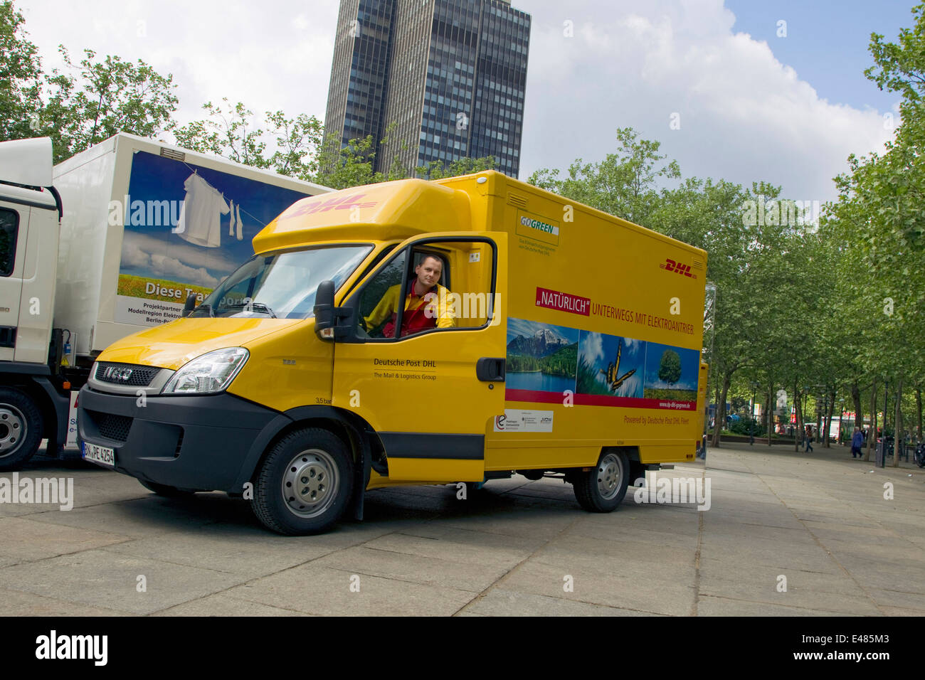 dhl paket elektrische auto stockfoto bild 71480195 alamy. Black Bedroom Furniture Sets. Home Design Ideas