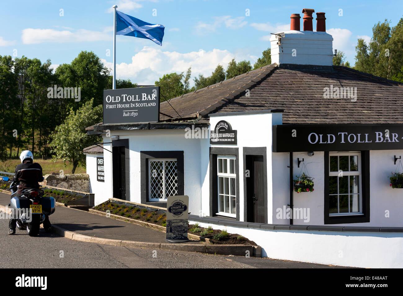 Schottische Flagge, Andreaskreuz, auf das erste Haus in Schottland auf der schottischen/englischen Grenze bei Gretna Stockbild