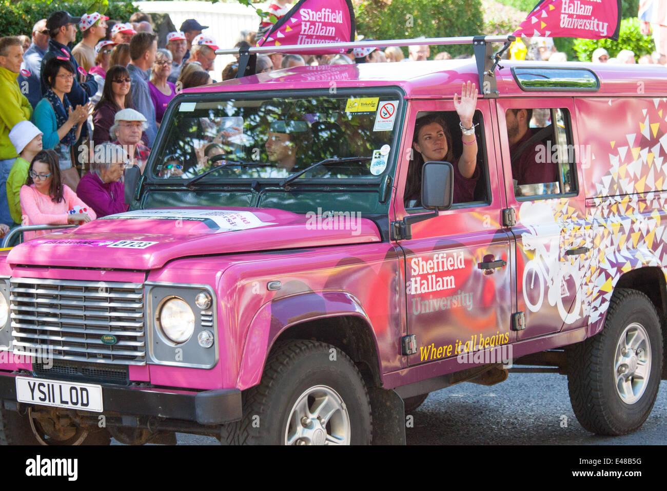Land Rover für Sheffield Hallam University vor der Tour de France in Harrogate Stockbild