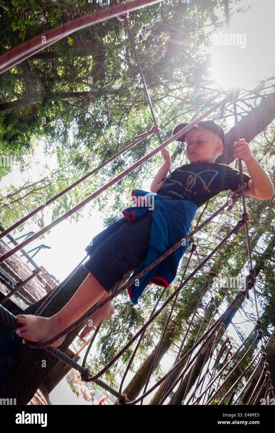Junge balancieren barfuß auf Seil Seil Klettergerüst Stockfoto, Bild ...