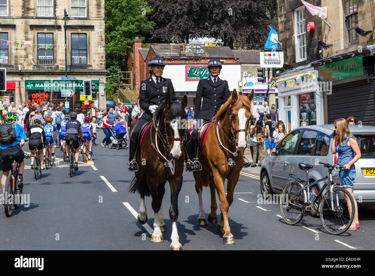 Polizei im Zentrum von West Yorkshire Stadt des Holmfirth montiert, am Tag der Stufe 2 der 2014 Tour de France, Stockbild