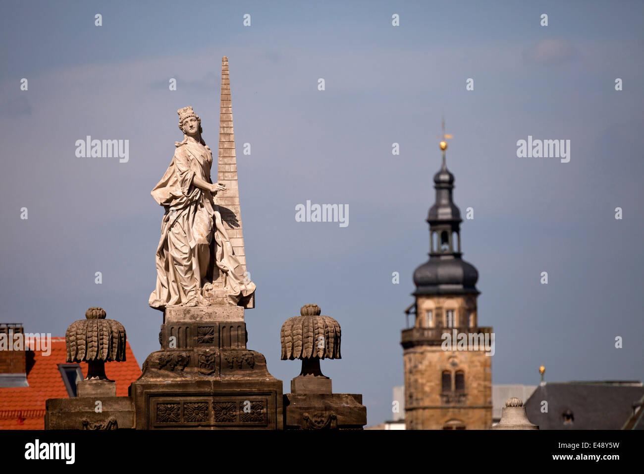 Statue am Domplatz / Domplatz und der Kirche Turm von St. Martin, historische Stadt in Bamberg, Oberfranken, Bava Stockbild