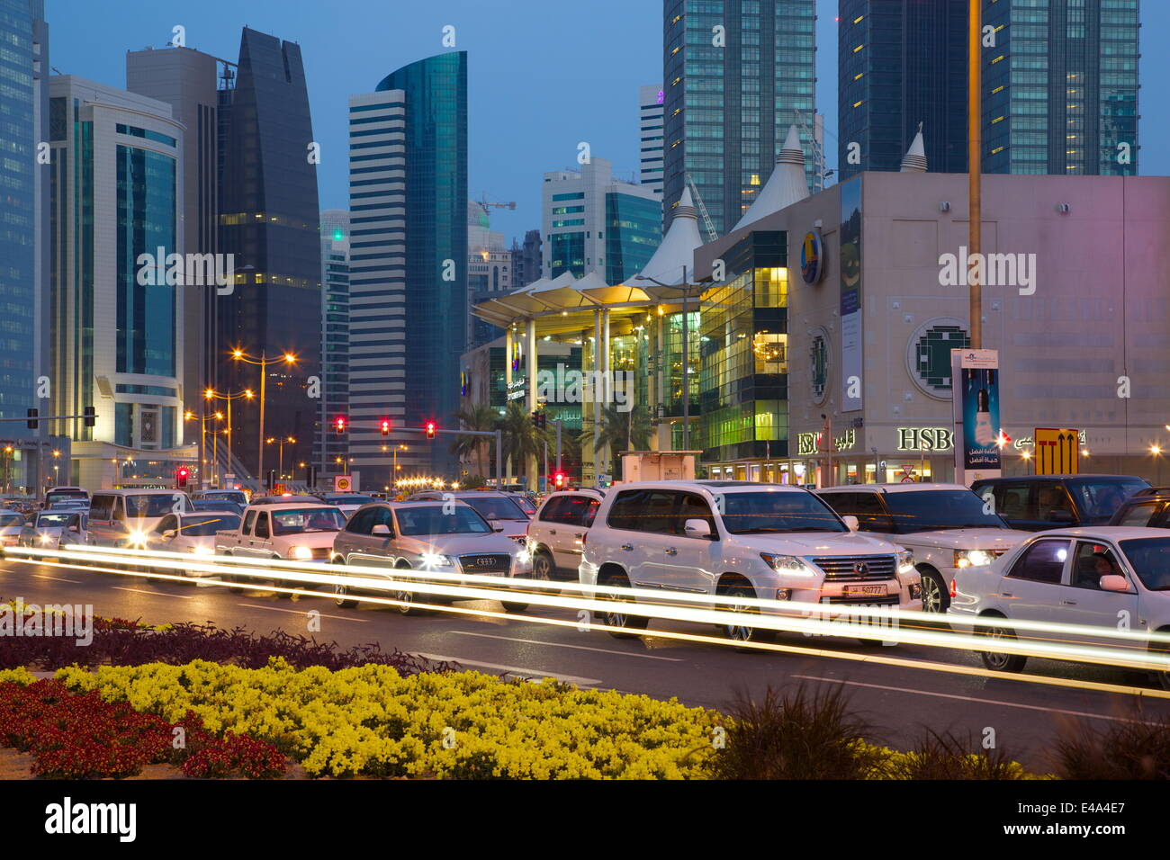 Zeitgenössische Architektur und Verkehr in der Abenddämmerung in City Centre, Doha, Katar, Nahost Stockbild