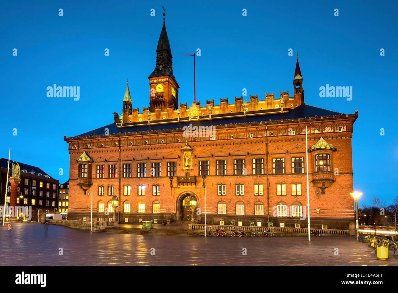 Kopenhagener Rathaus beleuchtet in der Abenddämmerung, Kopenhagen, Dänemark, Skandinavien, Europa Stockbild