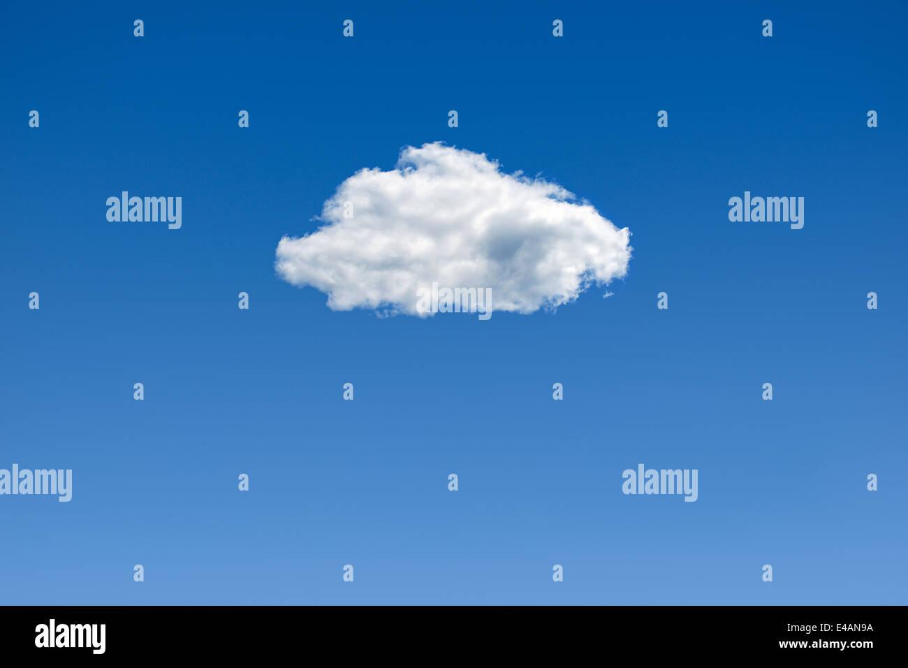 Wolke am blauen Himmel. Stockbild