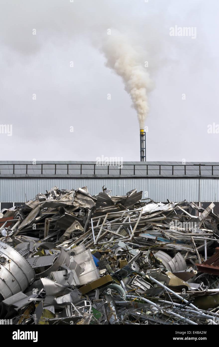 Fabrik mit Schornstein Stockbild