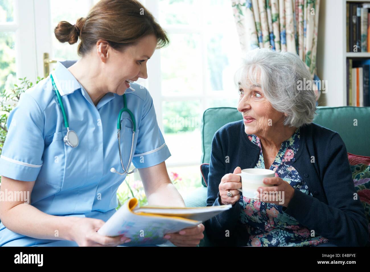 Health Care Worker Senior Frau zu Hause zu besuchen Stockbild