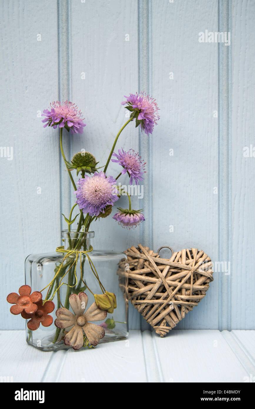 Schöne wilde Blume in Vase mit Herz Still-Leben Liebe Konzept Stockbild