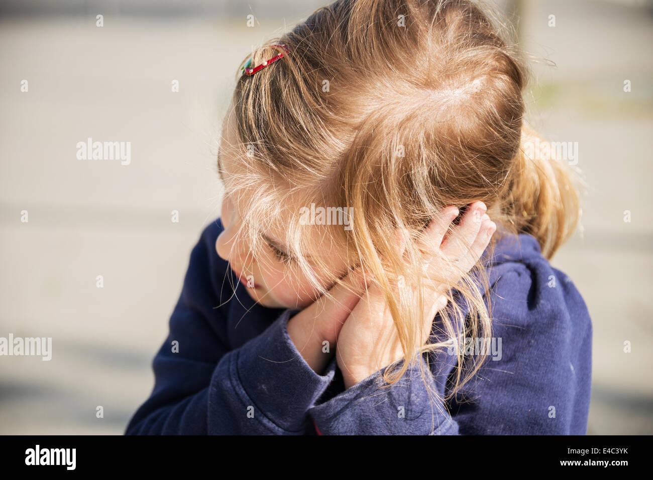 Blonde Mädchen ruhen Kopf in Händen, München, Bayern, Deutschland Stockbild
