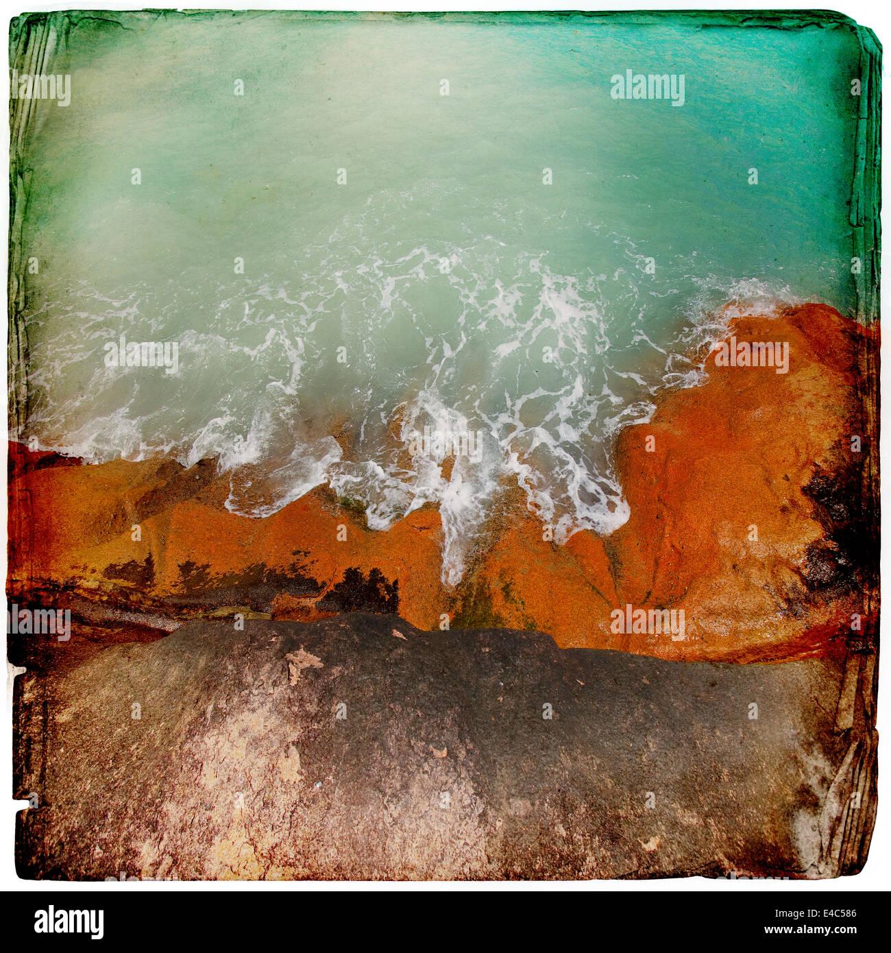Granitfelsen im Wasser Hintergrund Stockbild