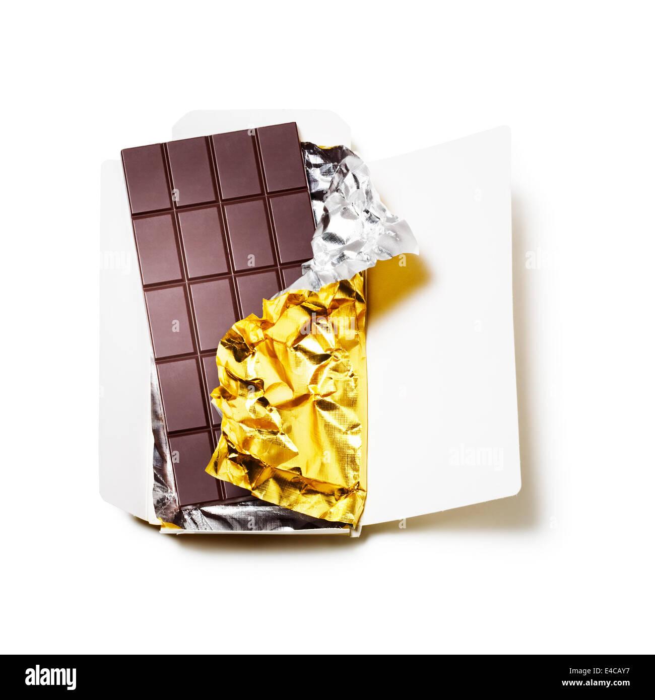 tafel schokolade eingewickelt in alufolie mit offenen karton auf wei em hintergrund stockfoto. Black Bedroom Furniture Sets. Home Design Ideas