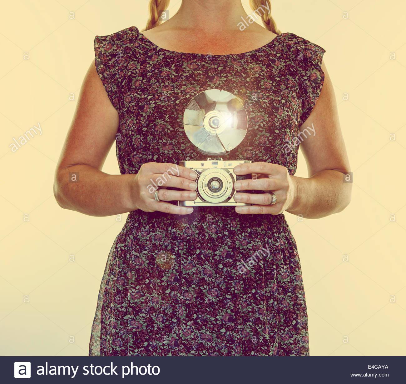 Frau-Vintage-Kamera Stockbild