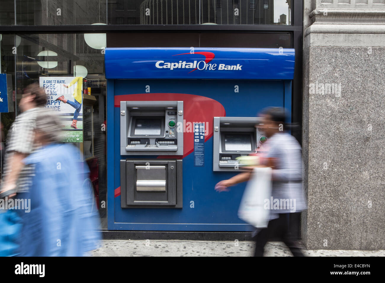 Fußgänger gehen von einem Kapital einer Bank ATM im New Yorker