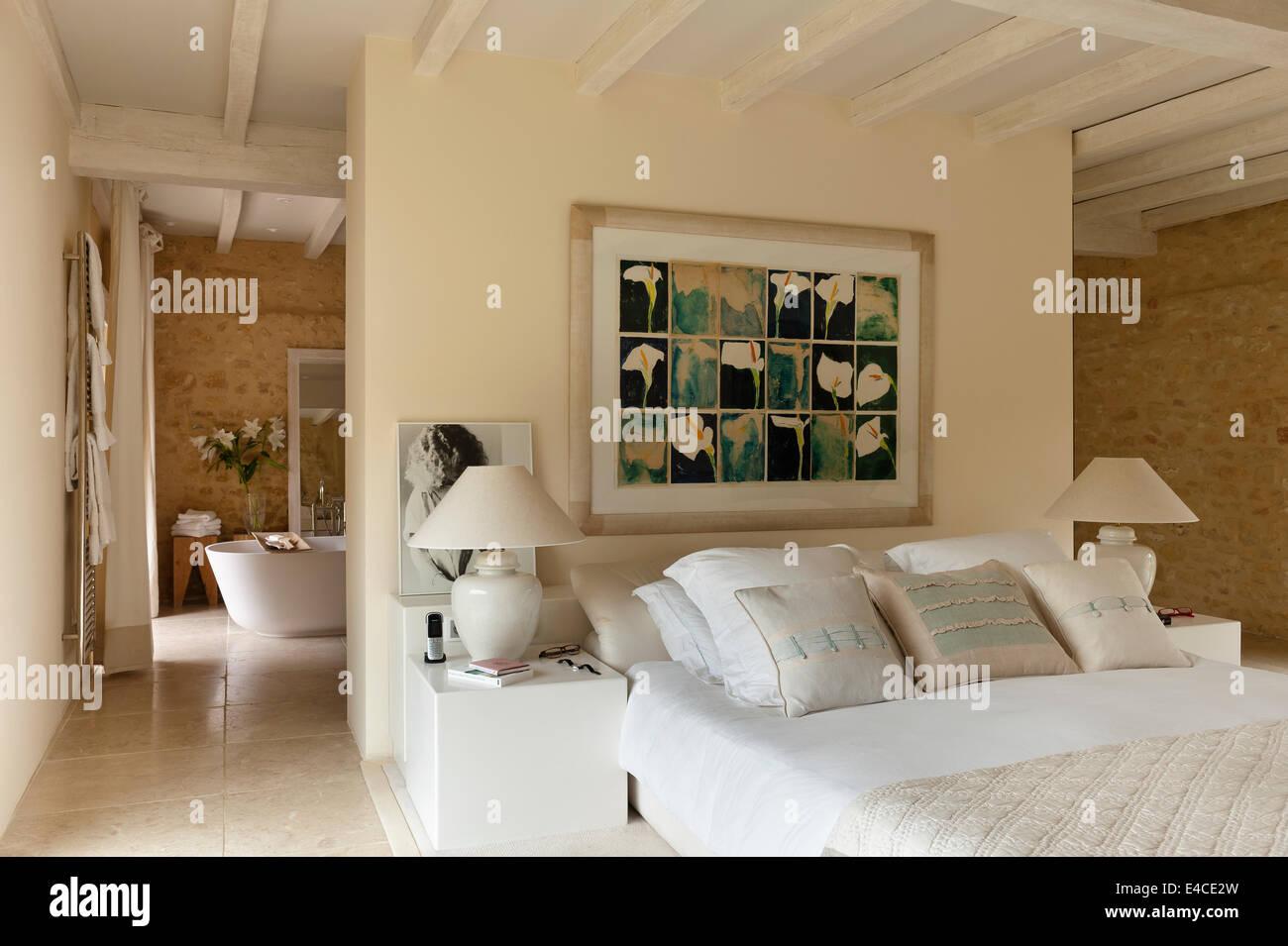 Offenes Schlafzimmer mit Bett von Roche Bobois. Das Gemälde über dem ...