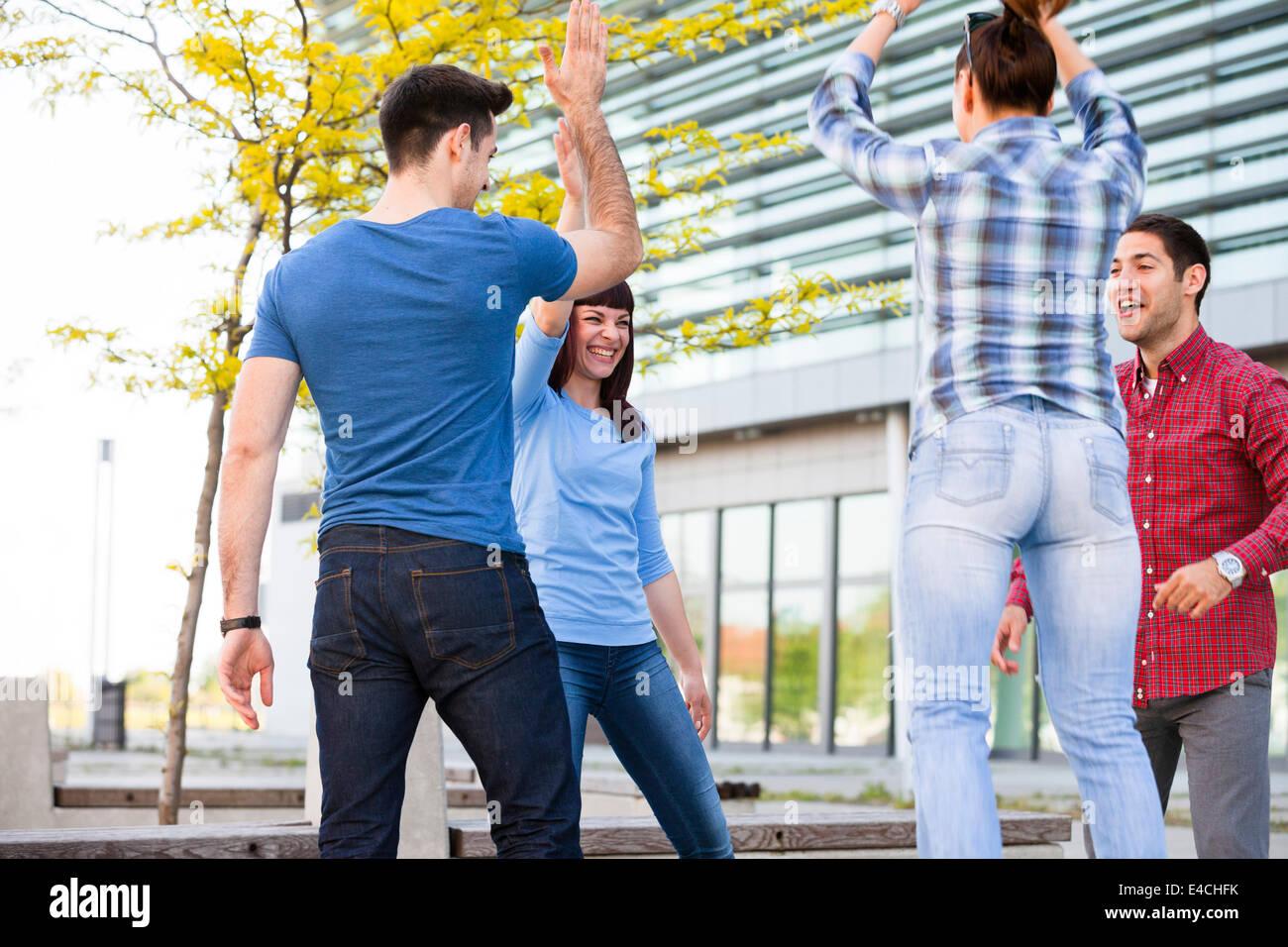 Gruppe von Freunden, die Spaß im Freien, Osijek, Kroatien Stockbild