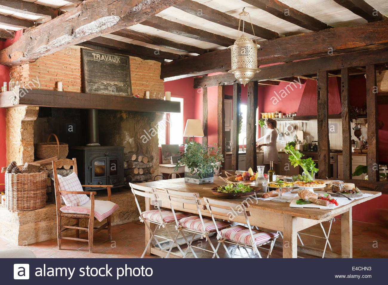 Große rustikale französische Landküche mit alten Deckenbalken ...
