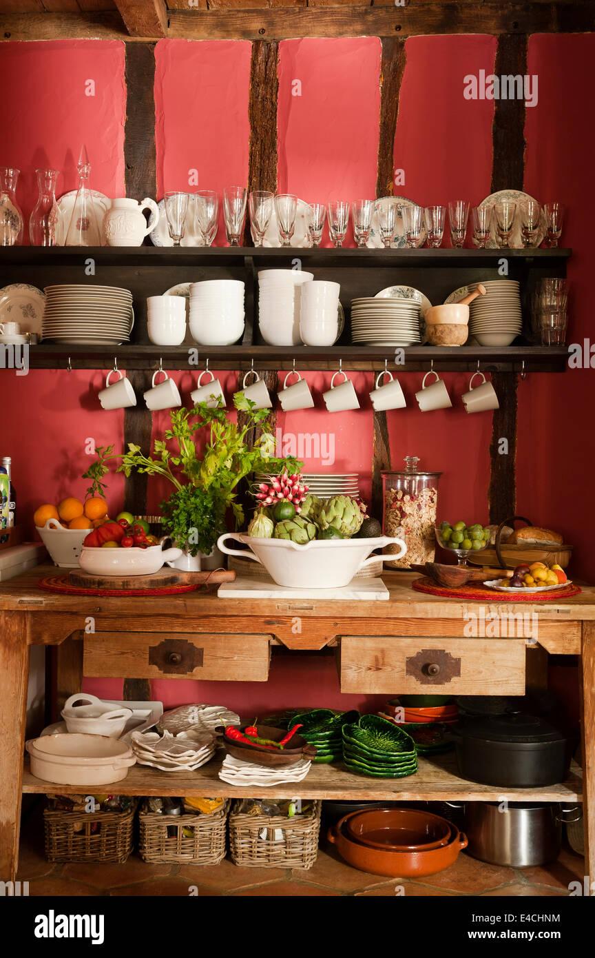 Offene Regale in rustikale französische Landküche mit Holz gerahmt ...