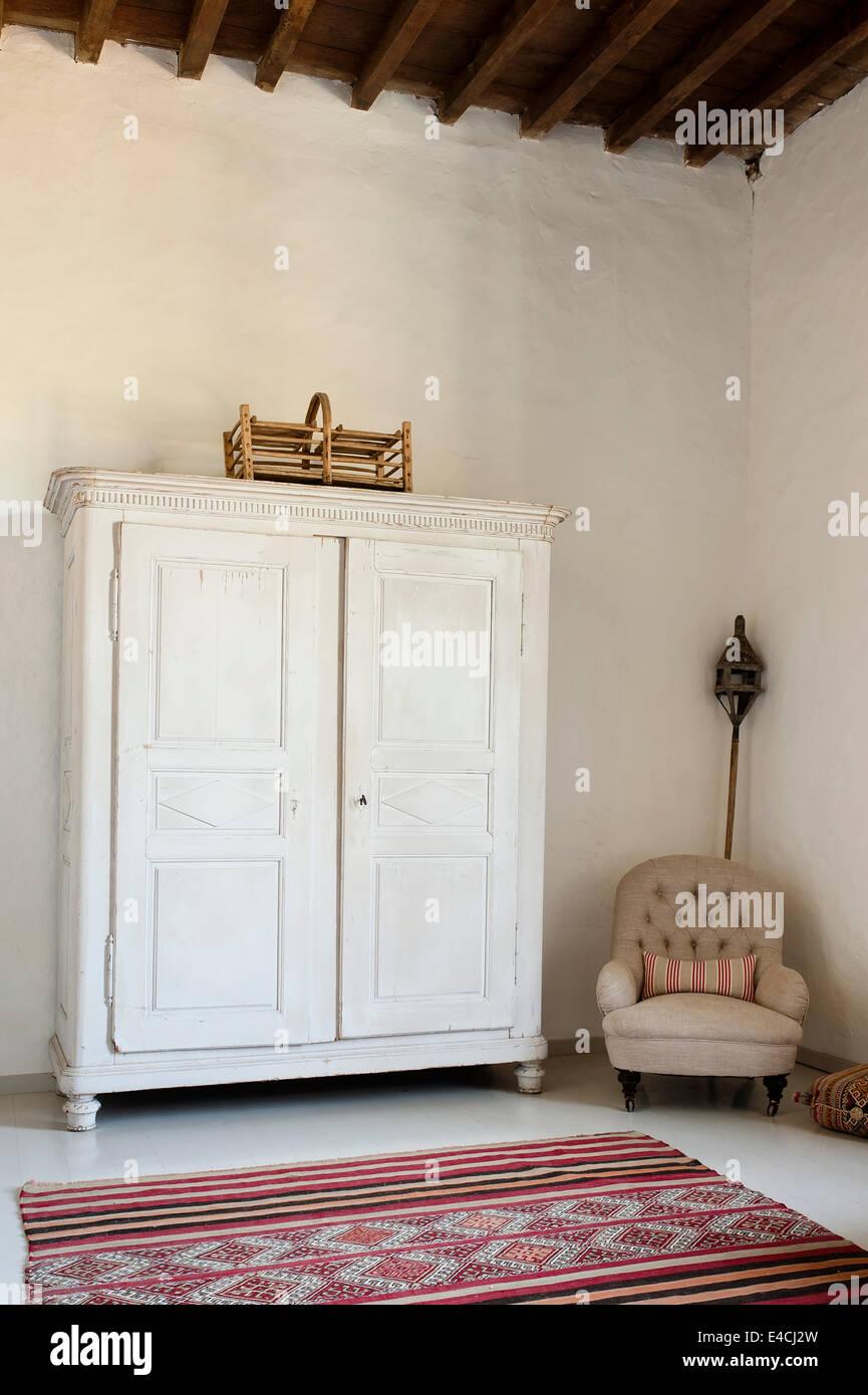 Weiße Holzschrank in geräumigen Zimmer mit hohen Decken mit ...