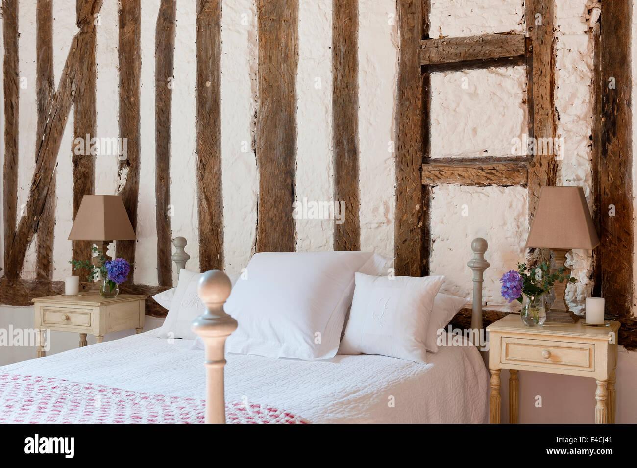 Gerahmte Holzwand Mit Gerenderten Fullung Hinter Bett Mit