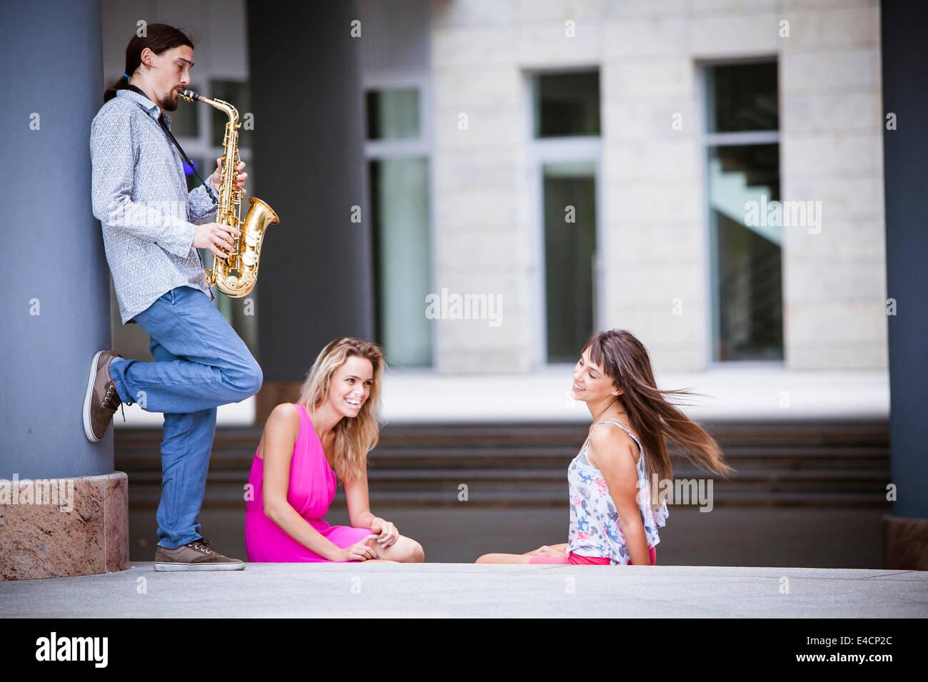 Man spielt Saxophon, Frauen, Osijek, Kroatien Stockbild